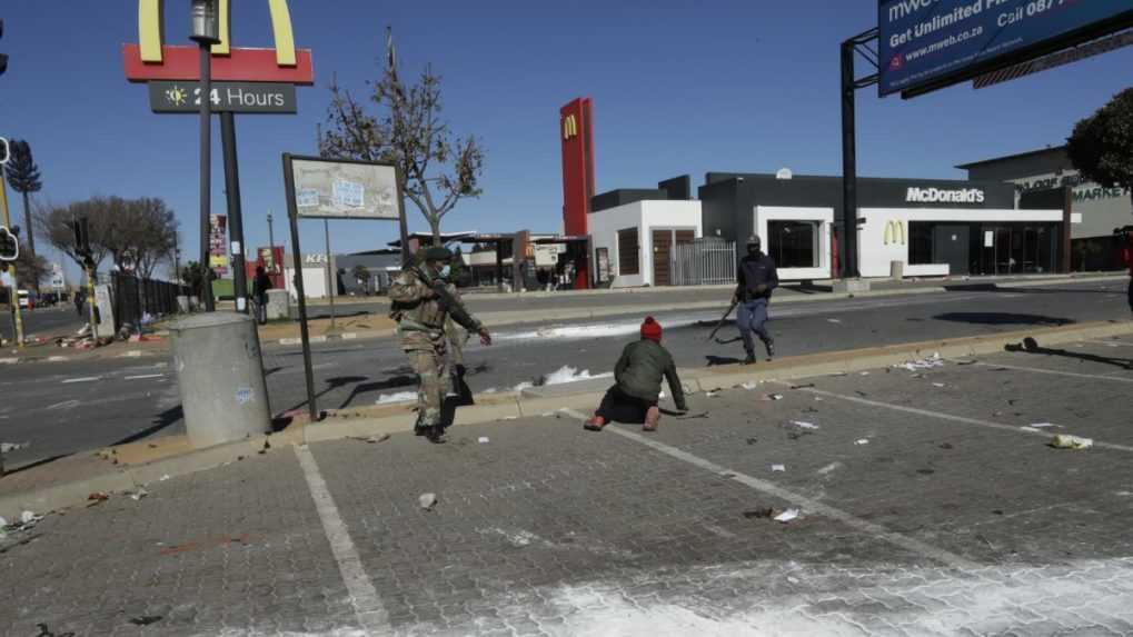 Pri násilnostiach v Juhoafrickej republike zomrelo už 72 ľudí
