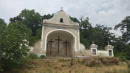 Chátrajúca kalvária v Modrom Kameni.