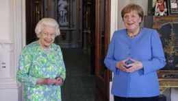 Kráľovná Alžbeta a Angela Merkelová.