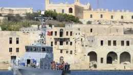 Loď pred maltským prístavom.