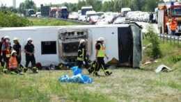 Záchranári na mieste nehody autobusu.