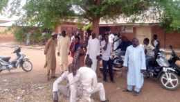 čakajúci rodičia v Nigérii