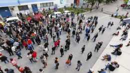 Ľudia pred očkovacím centrom.