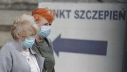 Ženy odchádzajúce z očkovacieho centra