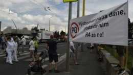 Protesty za výstavbu rýchlostnej cesty.