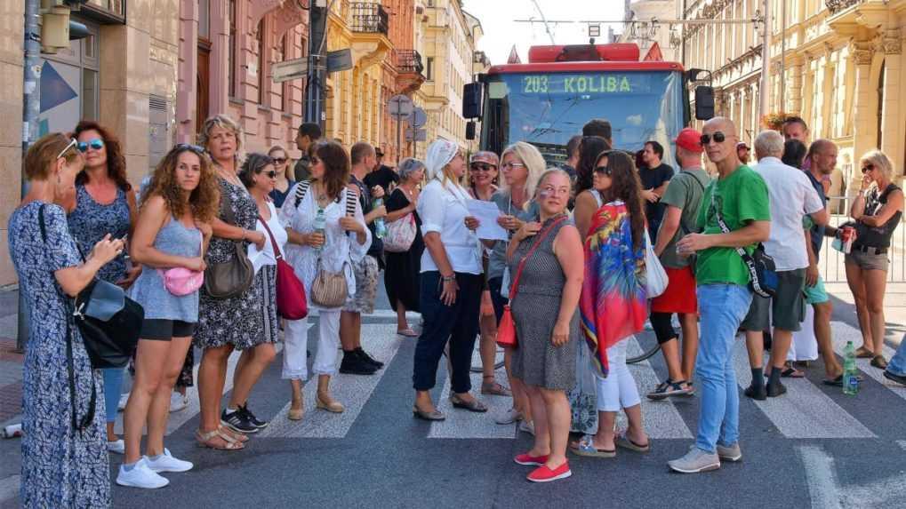 MHD v Bratislave obnovila premávku, polícia vytláča demonštrantov z ciest