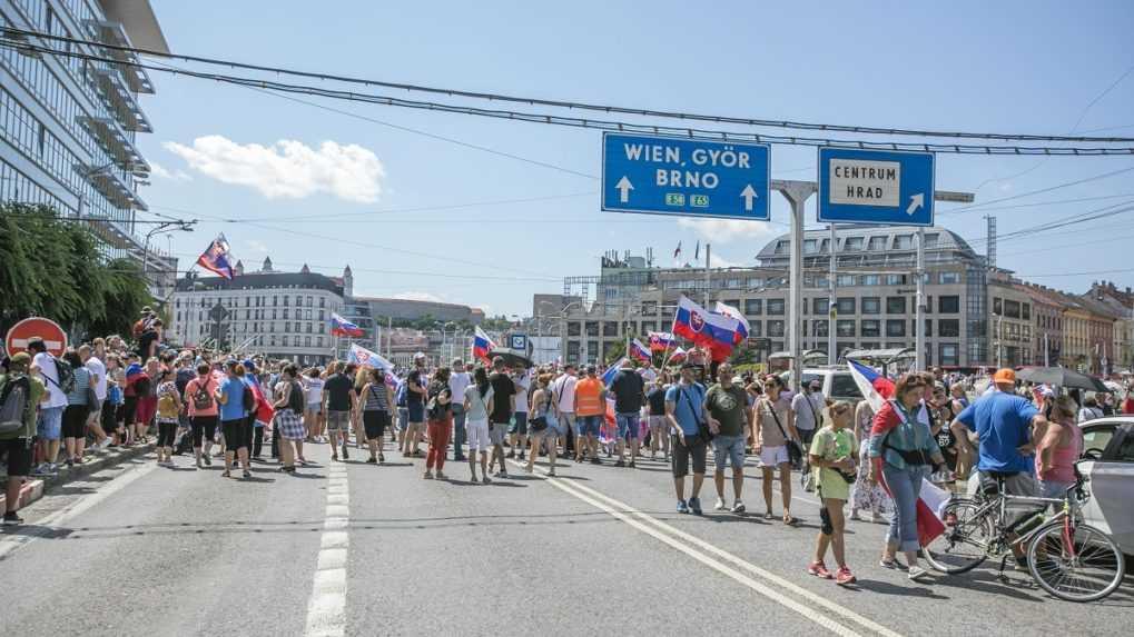 Bratislavská MHD zmenila pre protest trasy autobusov, spoje meškajú