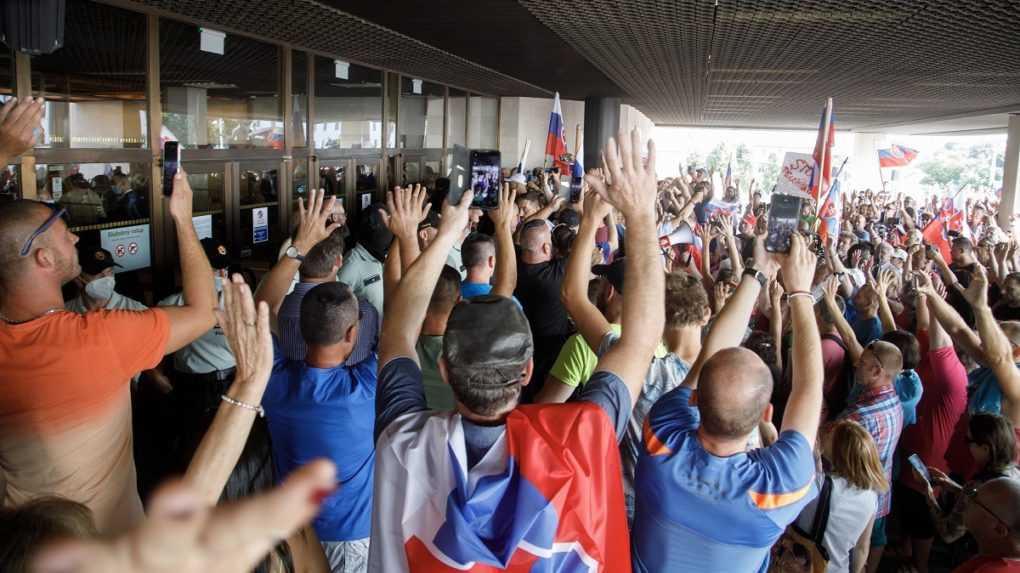 Pred Národnou radou SR protestuje dav ľudí, polícia použila slzotvorný plyn