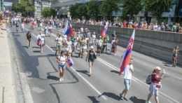 Protestujúci pre Prezidentským palácom v Bratislave.