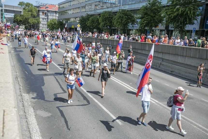 Na proteste v Bratislave rozbili okno na aute. Polícia hovorí, že vážnejšie narušenie poriadku nezachytila
