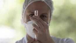 Zdravotníčka s ampulkou vakcíny.