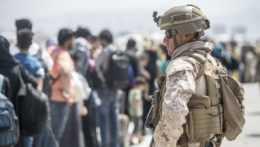 Americký vojak počas evakuácie na letisku v Kábule.