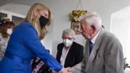 Na snímke vľavo prezidentka SR Zuzana Čaputová počas návštevy Domova sociálnych služieb