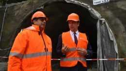 Andrej Doležal s predstaviteľom Národnej diaľničnej spoločnosti pri tuneli Bakoš v Prešove.