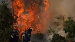 Hasiči hasia plamene na ostrove Eubója.