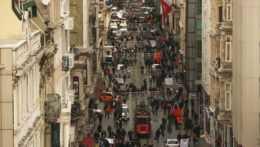 Ľudia na ulici v Istanbule.