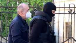Eskorta privádza Kajetána Kičuru na súd.