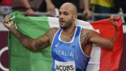 Lamont Marcell Jacobs sa raduje s talianskou vlajkou.