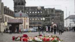 Kvety a sviečky na mieste incidentu v nemeckom meste Trier.