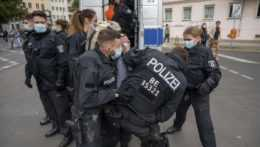 berlínska polícia zatýka demonštranta