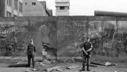 Vojaci strážiaci Berlínsky múr
