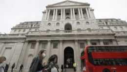 Ľudia s rúškami v Londýne.