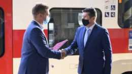 Minister dopravy a generálny riaditeľ ZSSK si podávajú ruky po podpise zmluvy.