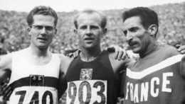 Na archívnej snímke Emil Zátopek (v strede).