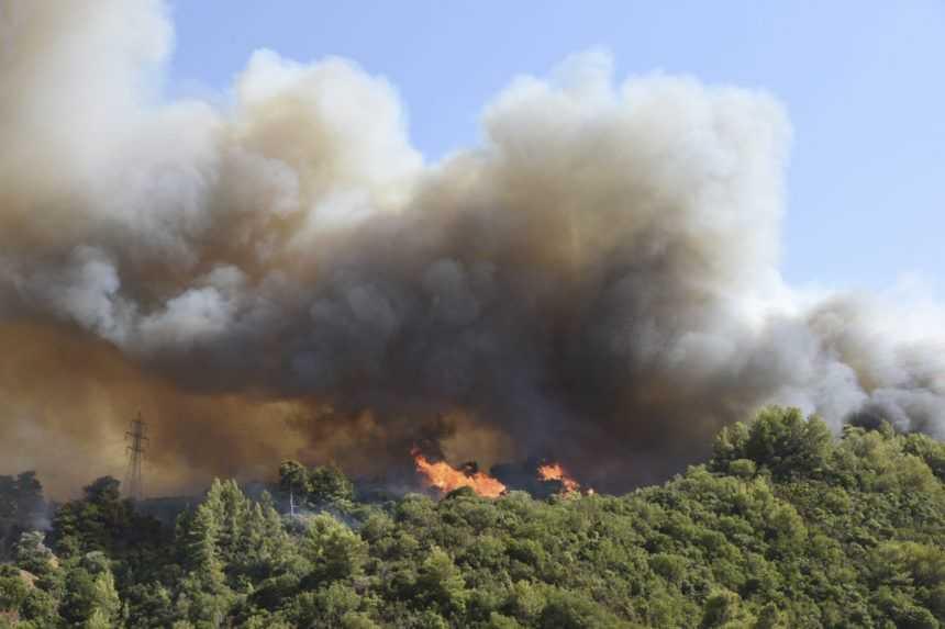 Grécko bojuje s horúčavami, požiar na Rodose sa vymkol spod kontroly