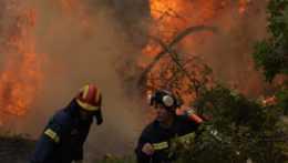 hasiči bojujú s lesným požiarom v Grécku