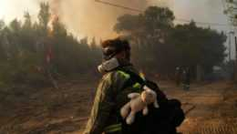 Na snímke dobrovoľník pri hasení požiaru v Grécku.