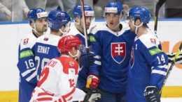 Slovenskí hokejisti sa tešia z gólu.