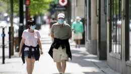 Ľudia s ochrannými rúškami na ulici v Montreale.