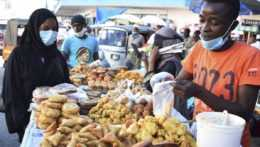 ľudia na trhu v Keni