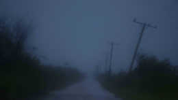 ohnuté stĺpy elektrického vedenia na Kube vplvyvom Hurikánu Ida