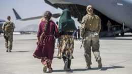 ľudia kráčajú k evakuačnému letu z Kábulu