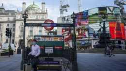 Muž s rúškom v Londýne.