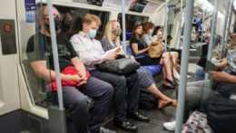ľudia s rúškami v metre