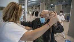 Starý pán v očkovacom centre v Madride.