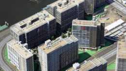 Záber na budovy olympijskej dediny v Tokiu.