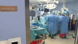 Pacientom, ktorí museli pre pandémiu na zákroky čakať, operácie znova odkladajú