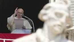 Pápež Frantiišek žehná veriacim z okna.