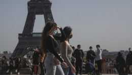 Ľudia pred Eiffelovou vežou.