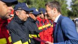 Premiér Eduard Heger a hasiči