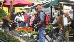 ľudia na trhu