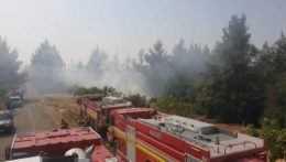 Autá slovenských hasičov v teréne v Grécku.
