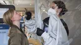 Testovanie na koronavírus v nemeckej lekárni.