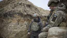 ukrajinskí vojaci v zákopoch na východe Ukrajiny