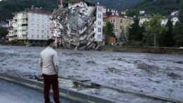 Muž sa pozerá na valiacu sa vodu v tureckom meste Bozkurt.