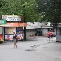 Občerstvenie, textil, obuv. Tržnica pred vstupom do žilinskej nemocnice je minulosťou